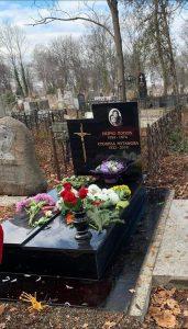 Вандали оскверниха гроба на великата Стоянка Мутафова!
