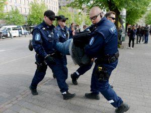 Демокрация или съвременен фашизъм? В Хелзинки арестуваха 20 души заради протест срещу COVID мерките
