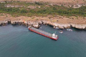 Най-сетен властта се сети да се заеме със заседналия кораб в опит да изпревари морска буря (ВИДЕО)